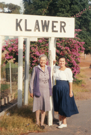 Lyndall Gordon and her mother in Klawer, South Africa